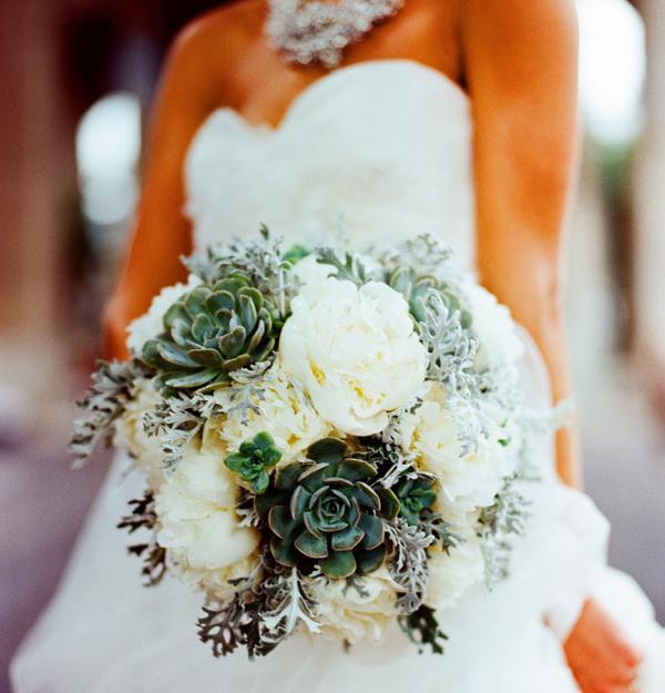 Hoa cưới là sự kết hợp giữa mẫu đơn trắng và hoa đá xanh.