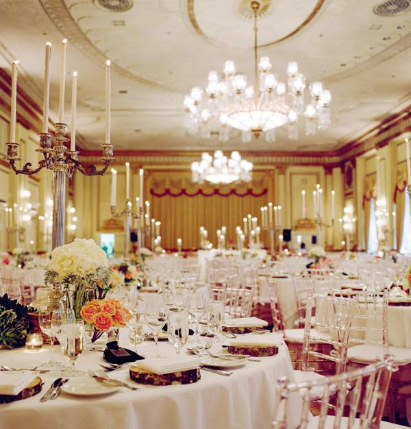 Trên mỗi bàn tiệc là một bình hoa nhỏ kết hợp cùng chân nến cao, đơn giản nhưng vô cùng sang trọng và lấp lánh.