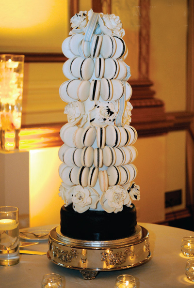 Bánh cưới được làm từ những chiếc bánh macaron, một xu hướng phổ biến trong nhiều đám cưới hiện nay.