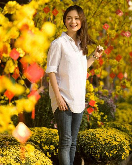 Diễn viên Tuyết Ngọc giản dị giữa đời thường với quần jeans, áo trắng.