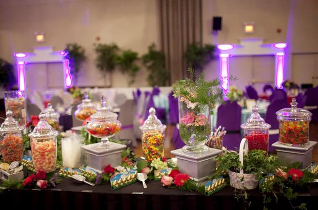Quanh các bàn tiệc là khu vực đồ tráng miệng nhiều màu sắc.