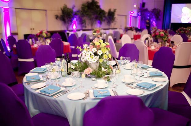 Với bàn tiệc tím, nhà thiết kế hoa chọn sắc màu hoa hồng, còn trên bàn tiệc xanh, những bình hoa vàng lại trở thành điểm nhấn ấn tượng.