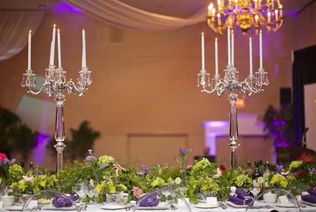 Ngoài ra, trên các bàn dài, nhà tổ chức tiệc còn sử dụng những chân nến cao để kết hợp cùng bình hoa thấp.