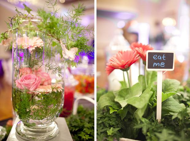 Trên bàn tráng miệng có nhiều bình hoa lạ, xung quanh là lá xanh.