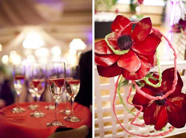 Ba sắc màu chủ đạo là đỏ, xanh, tím thể hiện trên nhiều phụ kiện như khăn trải bàn, hoa trang trí, khăn ăn...