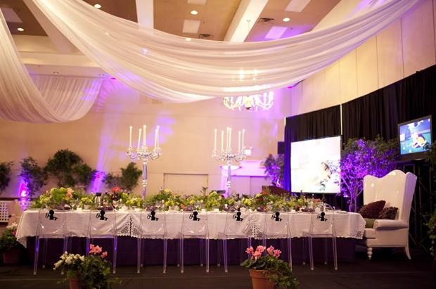 Với không gian nhiều màu sắc, nhà tổ chức tiệc cưới đã chọn những bình hoa cắm nhiều lá xanh để mang không khí thiên nhiên vào tiệc.