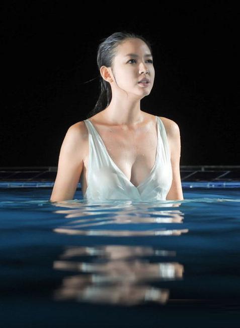 Hoa hậu Thế giới 2007 khoe vẻ đẹp hình thể. Ảnh: QQ.