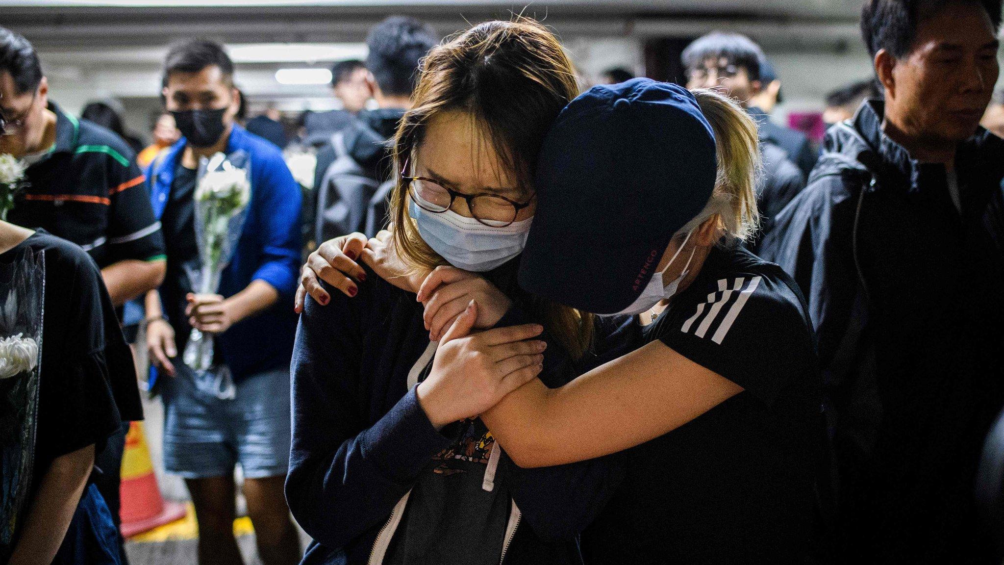 香港多區燭光悼念衝突中墮樓大學生周梓樂