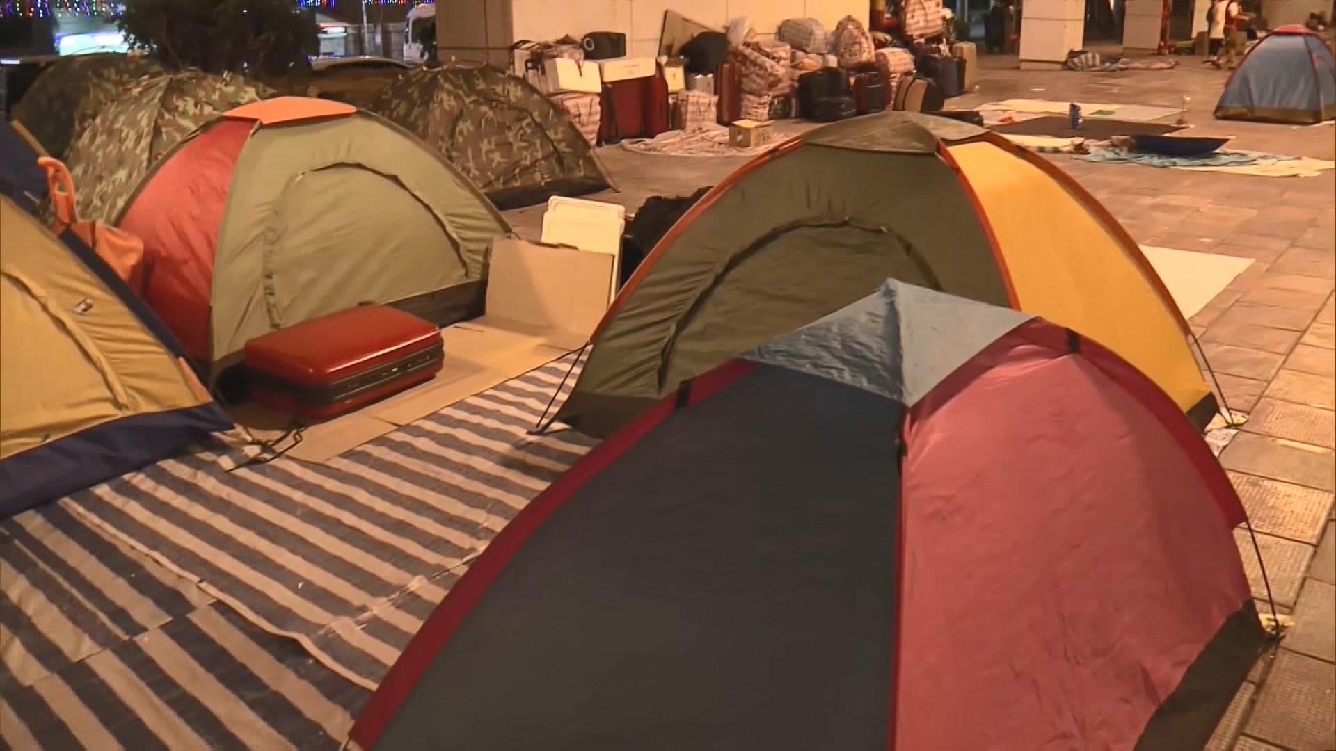 大埔巴士總站出現十幾個露營帳幕