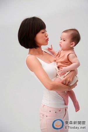 小S拍攝嬰兒用品嘟嘴逗混血寶寶賣萌。(圖/Joie)
