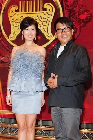 第23屆傳統藝術類金曲獎宣傳大使嚴爵,和主持人黃嘉千和許傑輝。(記者蕭采薇/攝)