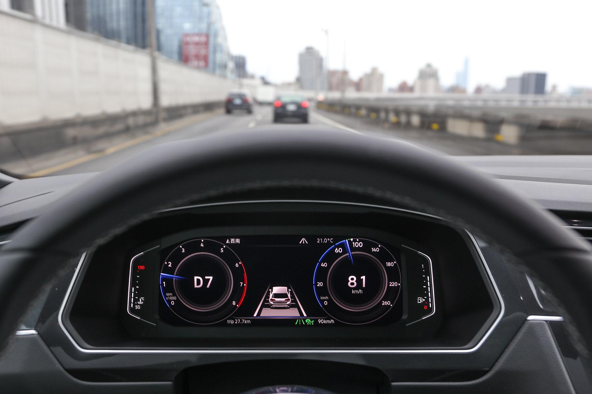 透過ACC主動式固定車距巡航系統與主動式車道修正輔助系統的作動,可以大幅減少如高速公路長途駕駛的精神與體力負擔。