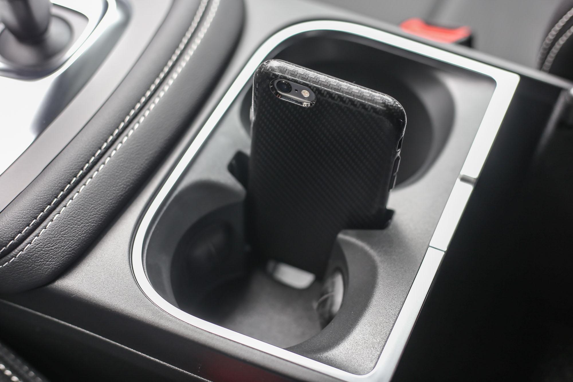 前座置杯架中央特殊的手機插槽,添增方便性。