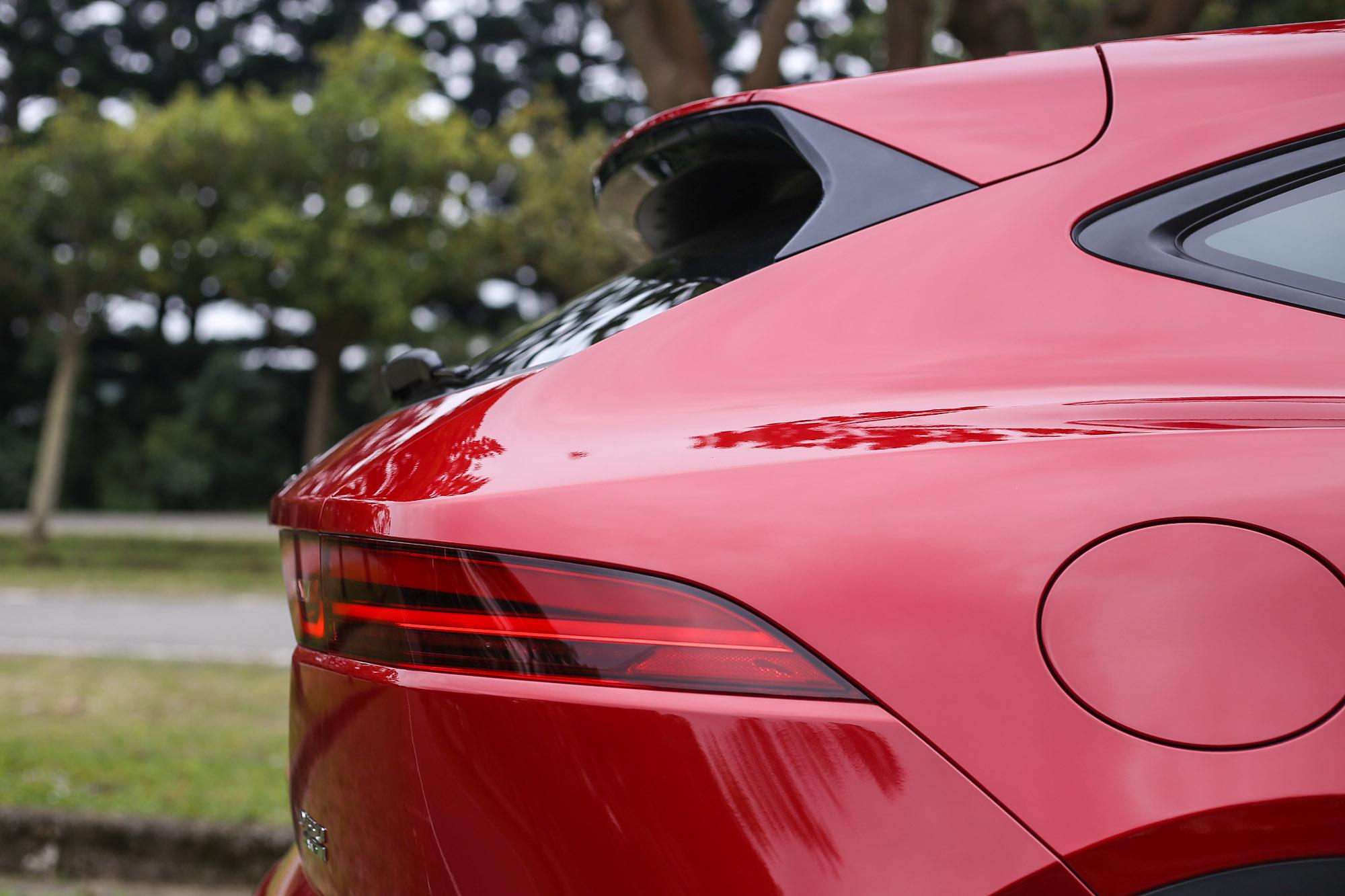 與當家跑車F-Type師出同源的美臀設計。