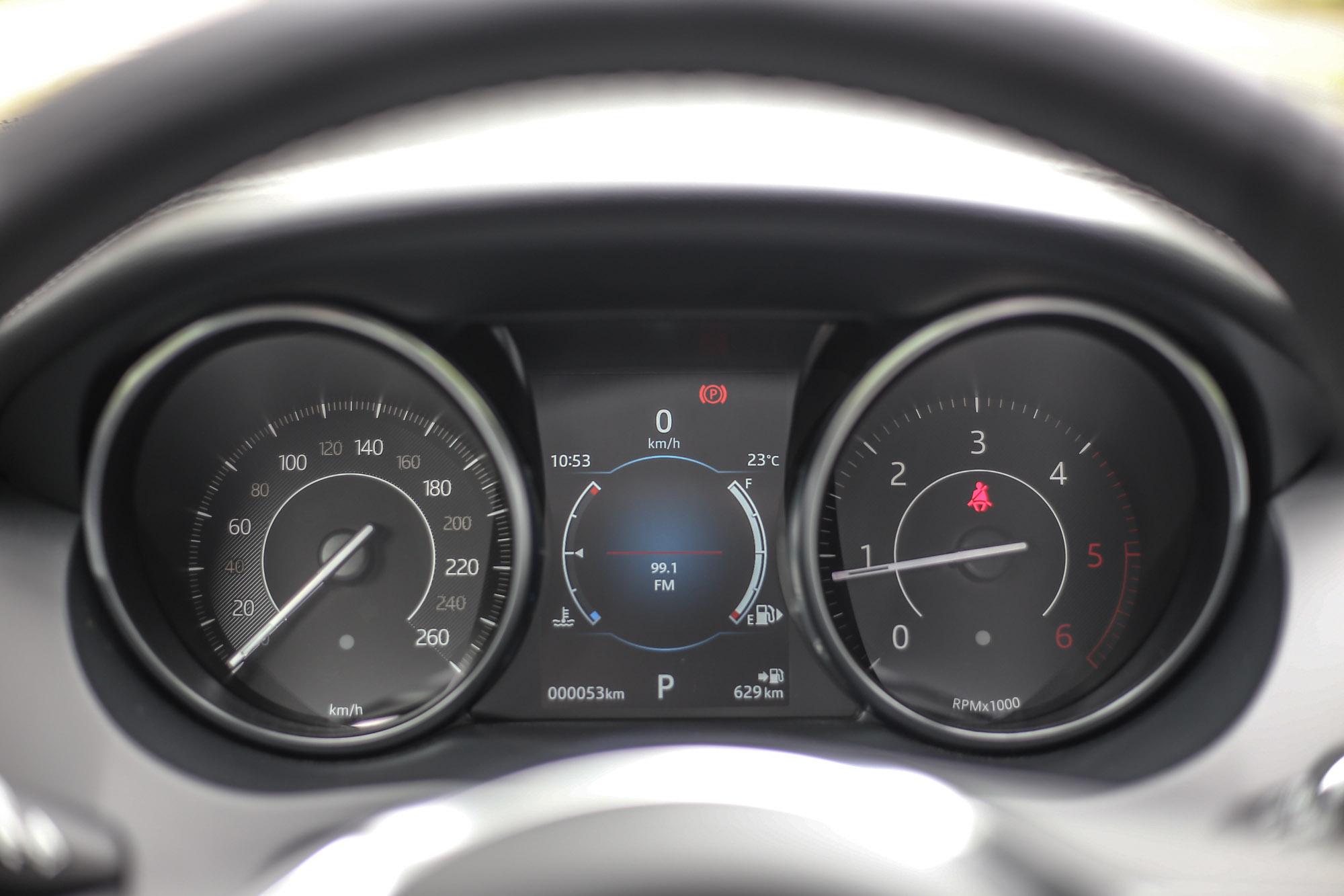 D150車型在傳統的雙筒儀表中內建液晶顯示幕,若高階車款則以12.3吋全數位液晶螢幕取代。