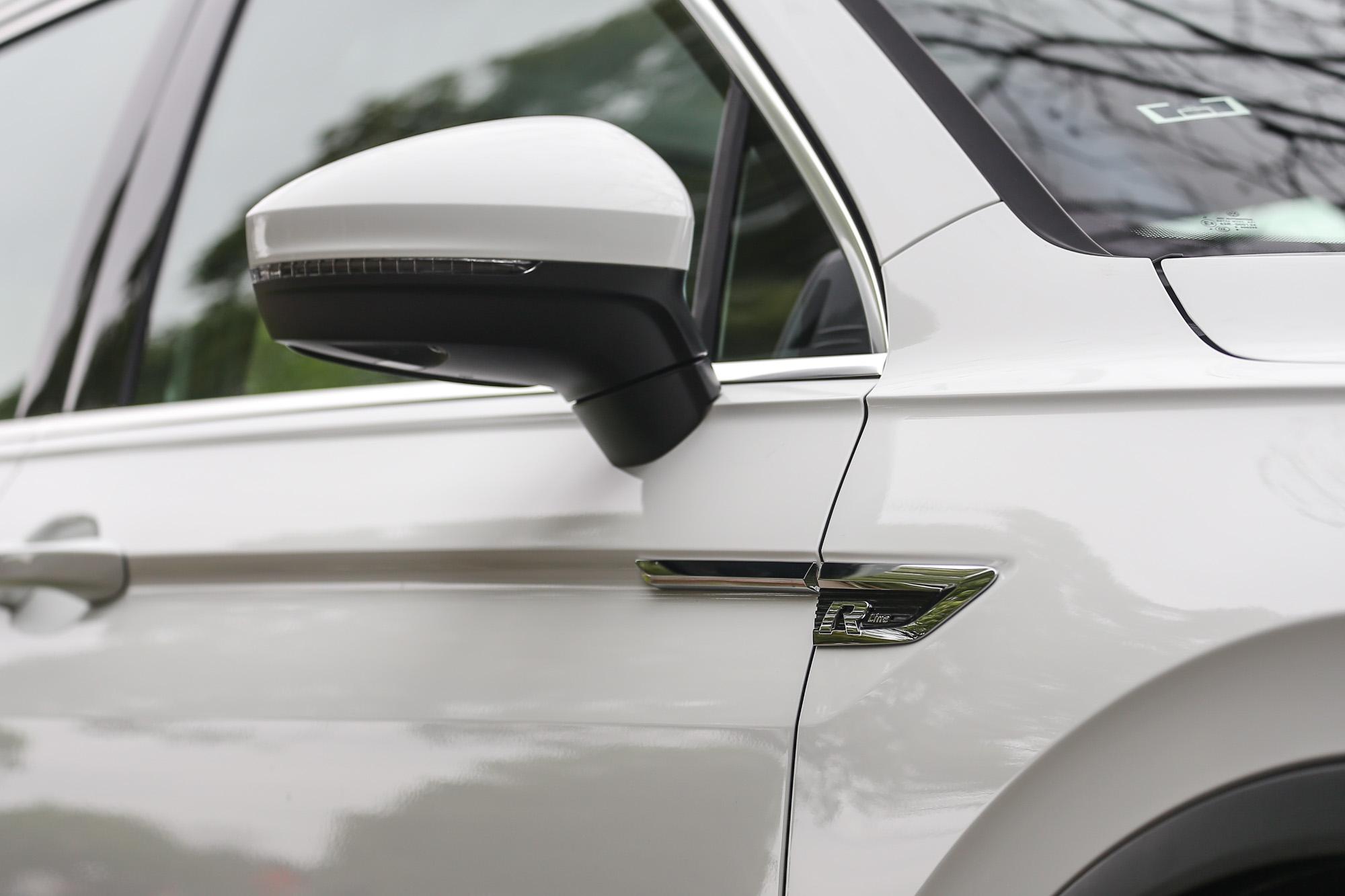 車身外觀處處可見R字眼的點綴。