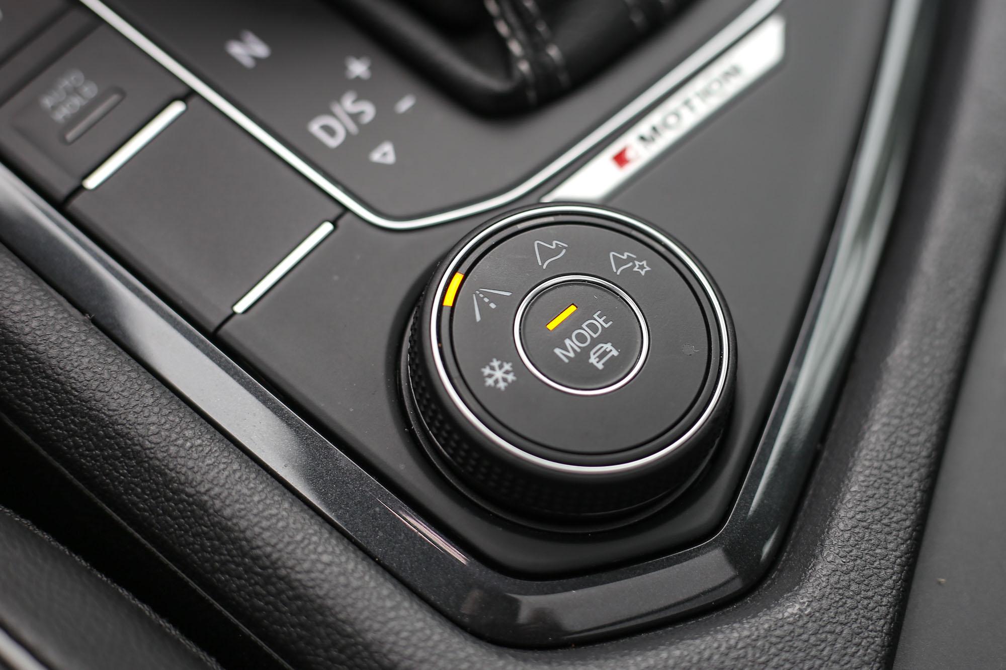 採取四輪驅動配置的Tiguan 380 TSI若旋轉此旋鈕,可選擇雪地、道路、越野、個人化設定等四種模式,增加不佳路況的穿越能力。