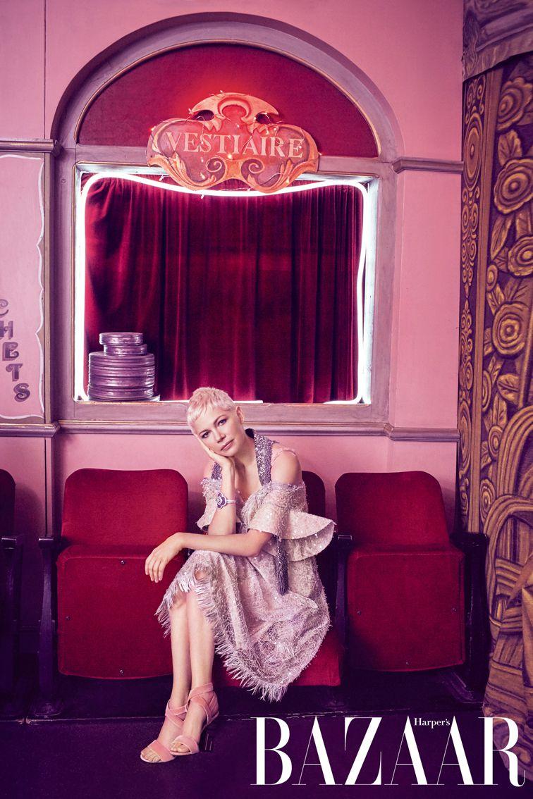 洋裝、天鵝絨高跟鞋,Louis Vuitton;手環,Louis Vuitton Fine Jewellery。