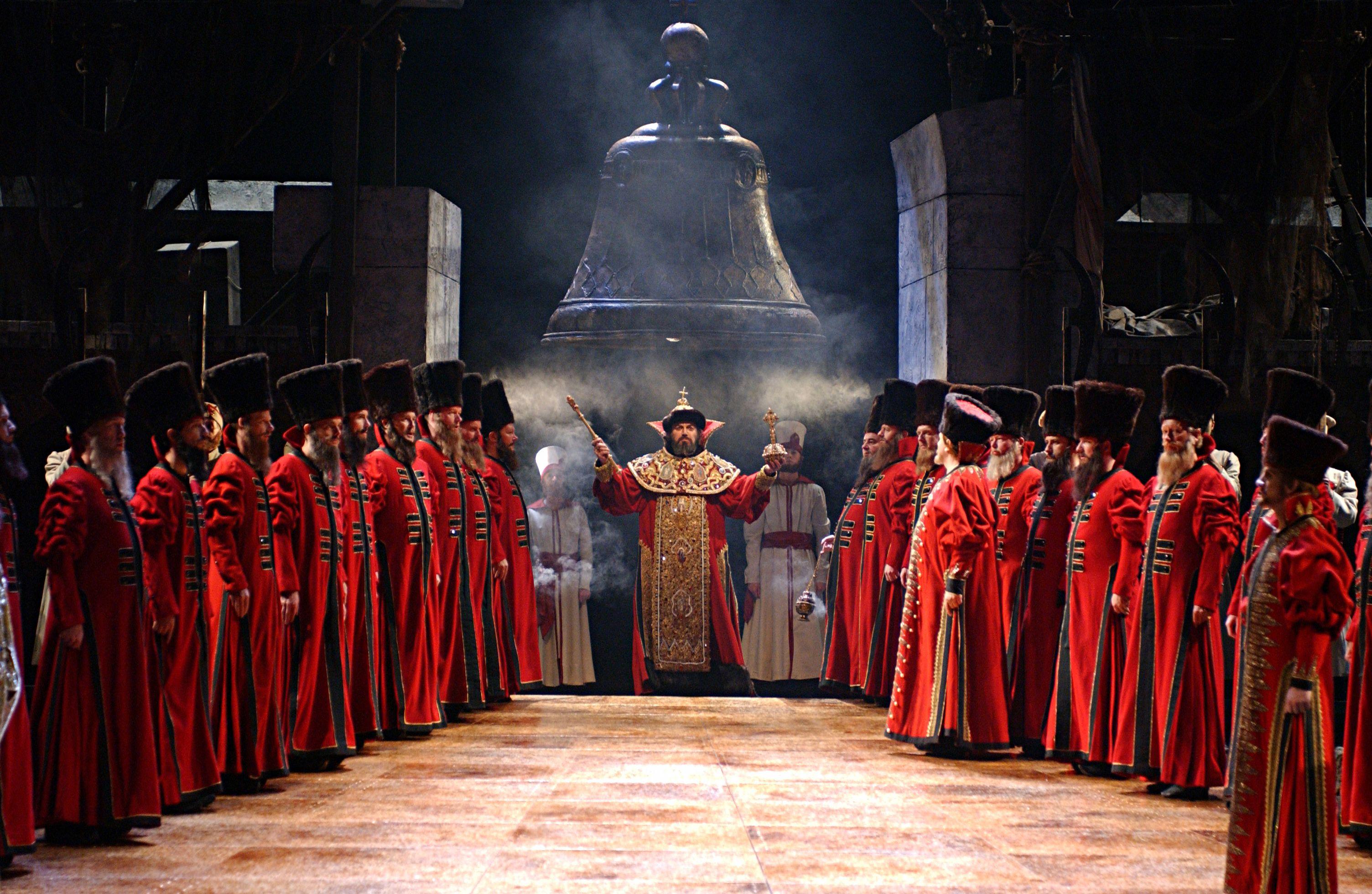 《鮑利斯 · 郭多諾夫》劇中,權臣郭多諾夫登上沙皇大位之場景。