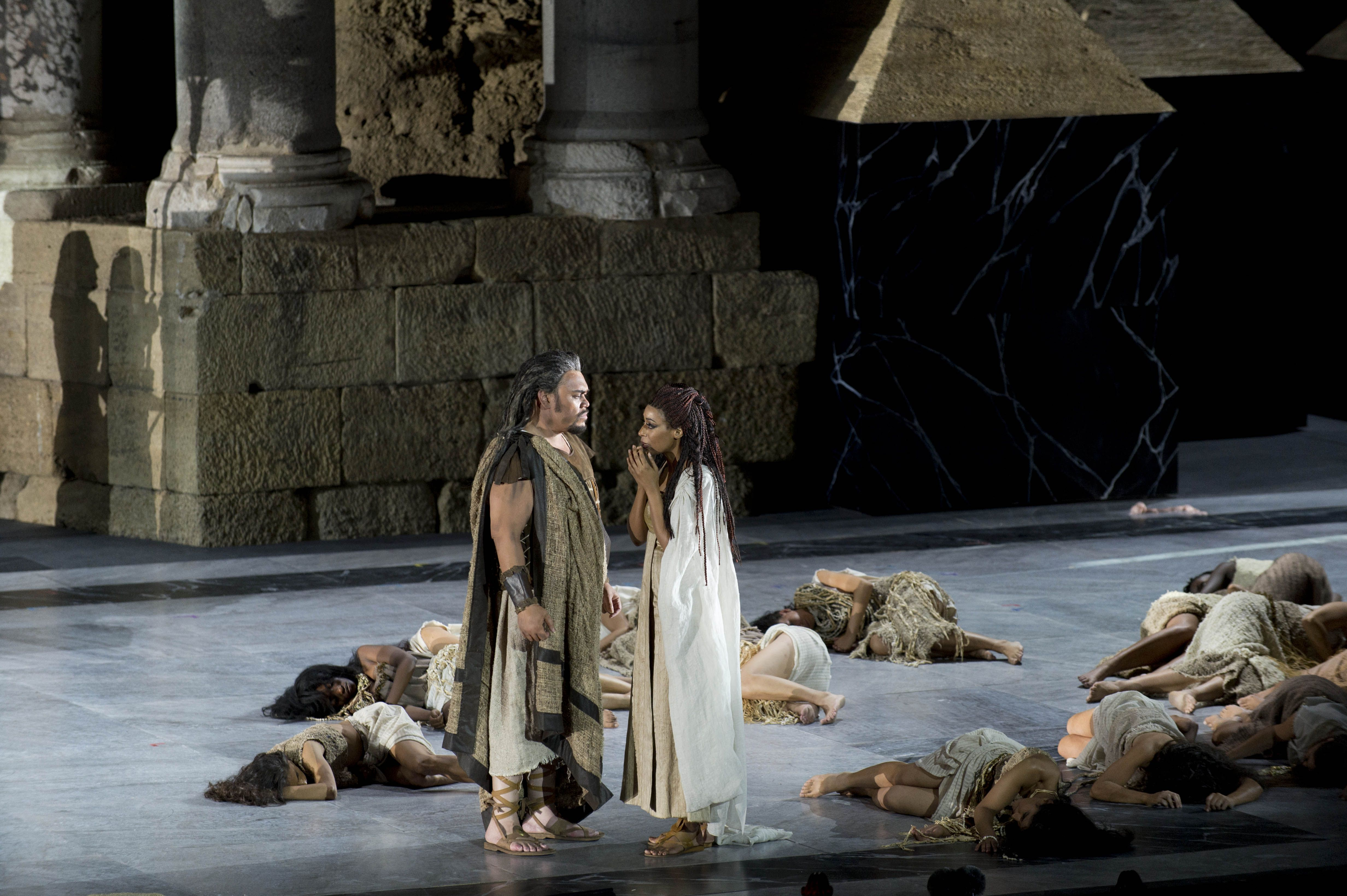 劇場中的衣索匹亞公主阿伊達和其父王。