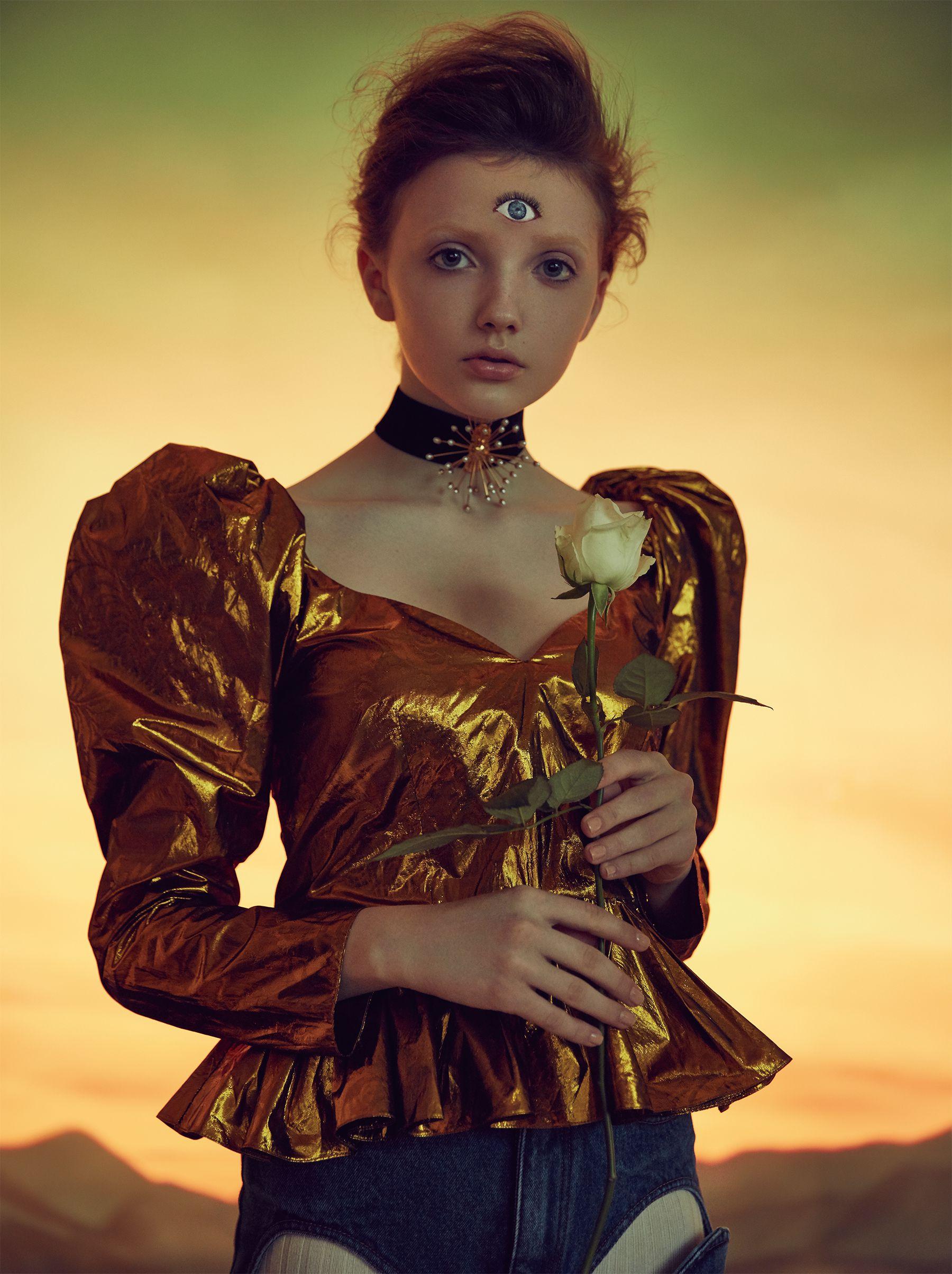上衣,Stella McCartney;短褲,Y/Project at Net-a-Porter;項鍊,Ellery at Net-a-Porter。