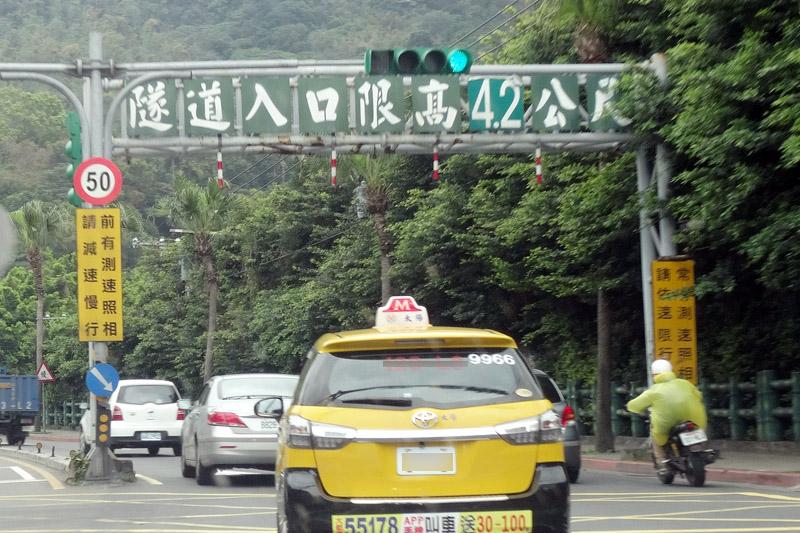 台灣真正該檢討的應該是各路段的速限設定是否符合現今實際用路狀況,並且在相關配套上做更詳盡的規劃,而不是一味只想壓低「行車速度」。