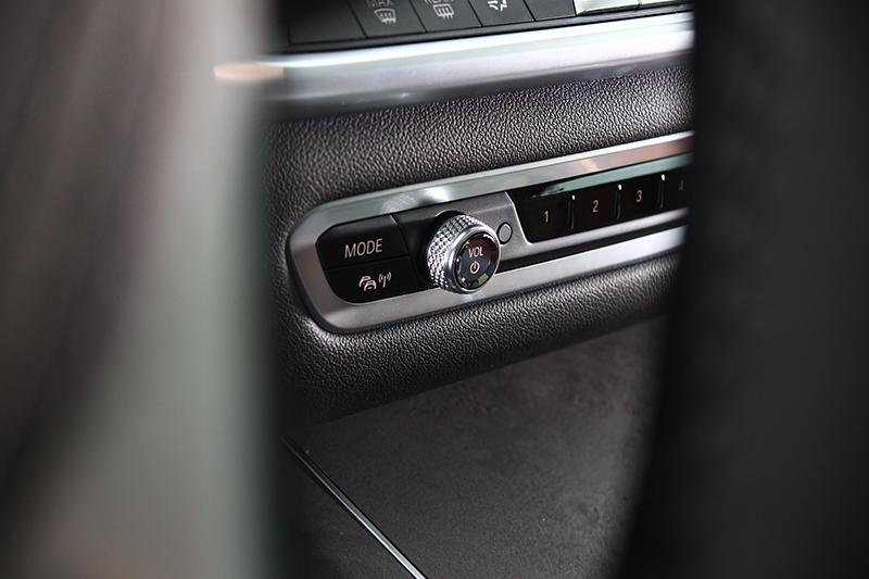 還有音響系統旋鈕也是水晶材質。