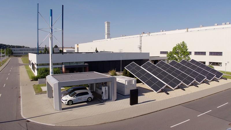 除了推廣電動車也致力於製程碳中和目標。