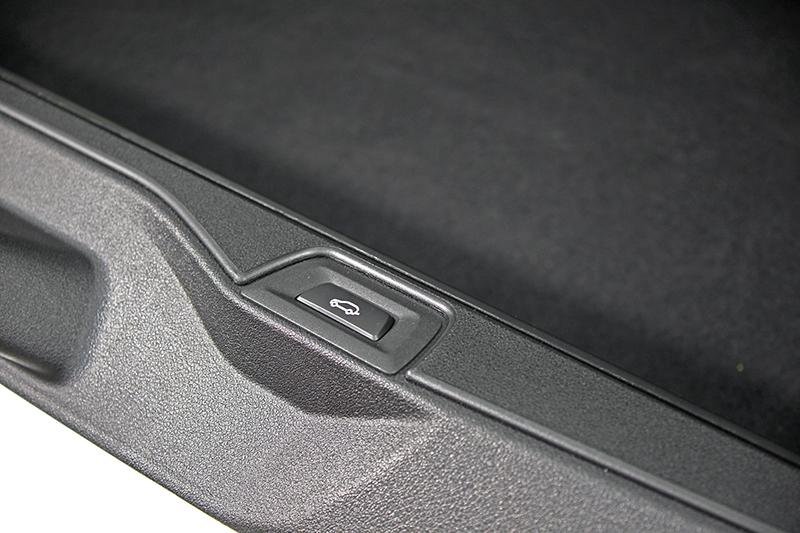 X5的傳統雙開式尾門依舊延續,更浮誇的是上下兩扇門都是電動控制。