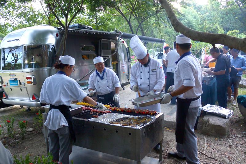 晚上遊客可選擇用當地風味食材和家人朋友進行一場戶外BBQ饗宴。