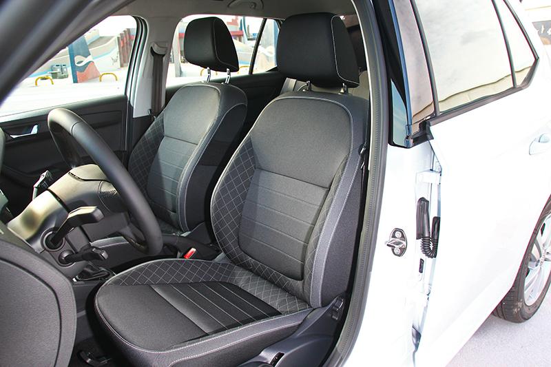 座艙儀表飾鈑改採髮絲紋配置,座椅也換成菱格紋設計,整體與以往相比變得更為成熟。