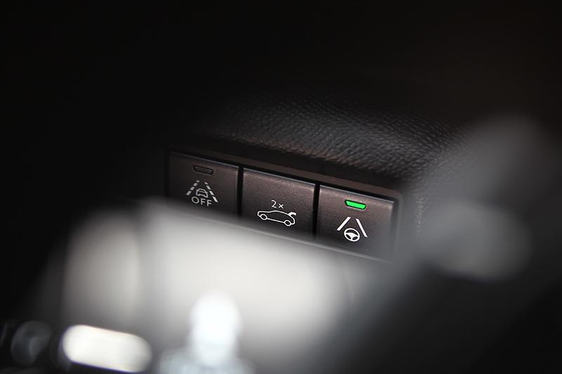 LPA車道保持輔助系統的啓閉設置在方向盤左邊,若未關閉開啟ACC時即會自行作動。