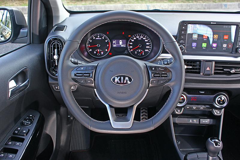 平底式跑車方向盤不僅設計好看,質感與握感也相當不俗,甚至連定速限速與音響功能都可在此控制。