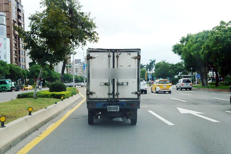 如圖中之小貨車的尾燈已經髒汙到幾乎看不到,就是本次修法開罰的重點項目之一。