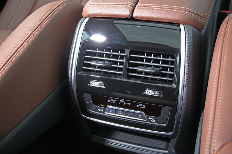 後座同樣擁有雙區恆溫功能,也就是說,全車室共計四驅恆溫空調。
