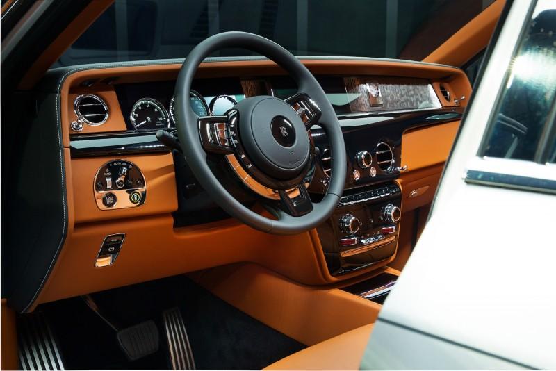 T型控制台上半部左右對稱的空間中,以一體成型的強化玻璃覆蓋,駕駛前端處內部安置鑲有鍍鉻外框的儀表板。