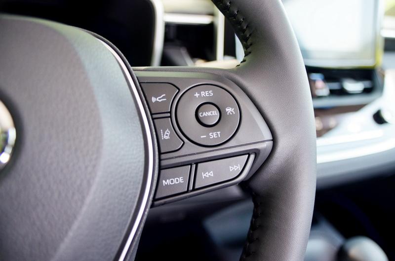 方向盤右側的控制按鍵可啟動如主動巡航控制、車道偏移、車距調整等功能