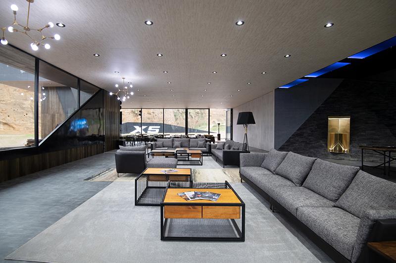 這不是豪宅或飯店的Lobby,而是在林口海邊荒郊野嶺為了全新X5所臨時搭建的發表會現場!