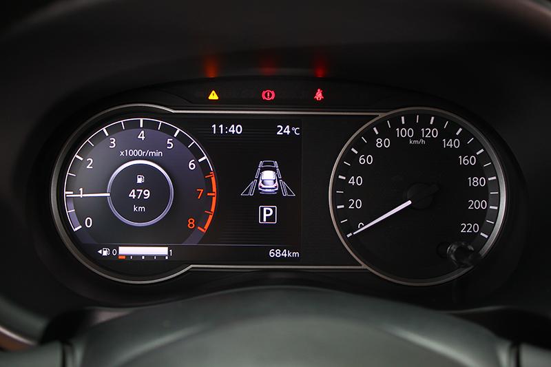 儀錶左半部為數位液晶設計,乍看與一般樣式無異。