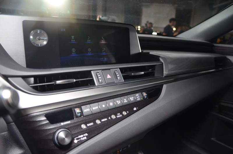 全數位儀表板、中控台螢幕及各種操作按鍵集中於駕駛可一目了然的視野範圍