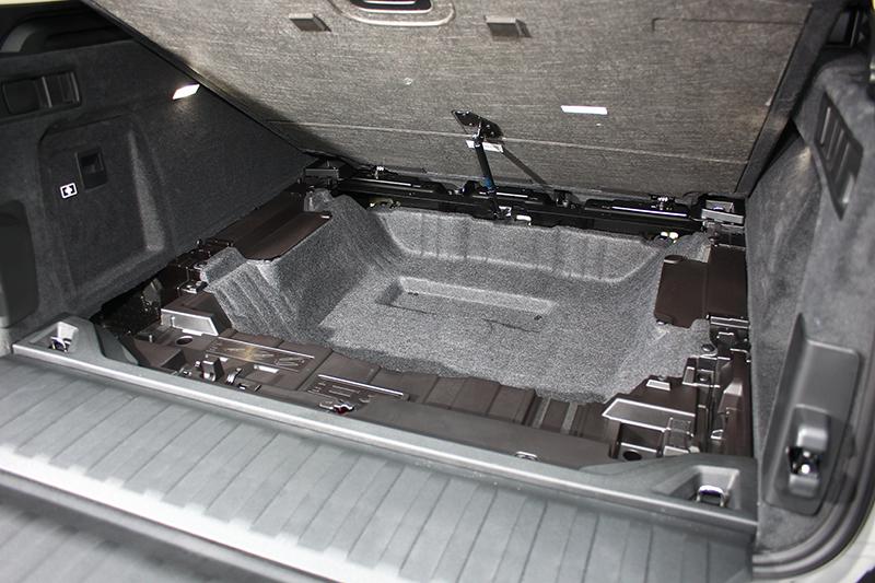 在行李廂底板下還有一個較小的置物空間,並有油壓挺桿輔助開啟。