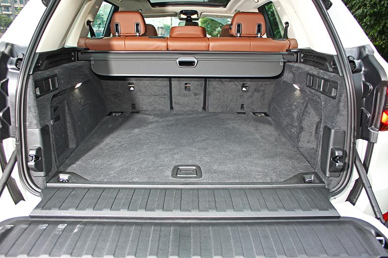行李廂空間原本便有645升容積,一旦將後排椅背收折,更立即擴展至1860升之譜。