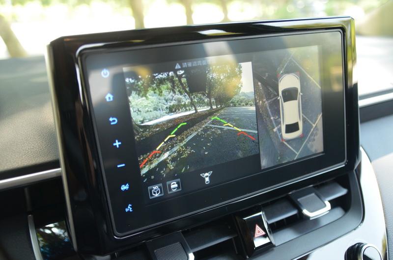 打入倒車檔或方向燈時螢幕便會顯示車身周圍影像