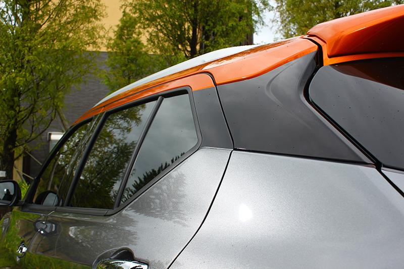 雙色車頂需加價1.5萬元,但順便也將附上雙色座艙鋪陳,值得!
