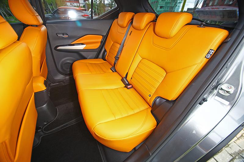 後座椅背無法調整傾角,但姿勢與承托性還有舒適度都相當不錯,空間表現也恰到好處。
