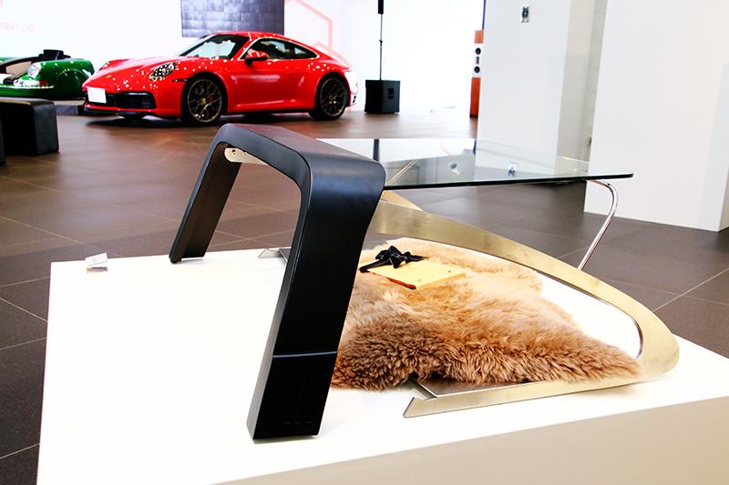 以911 Targa防滾桿結構為藍本設計的邊桌,亦為首度公開亮相的作品。