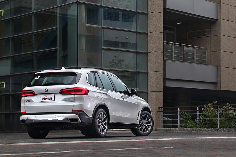 新車設計手法精練,因此帶來小於實際尺碼的觀感,其實這可是輛車長近5米車寬過2米的超級巨無霸。