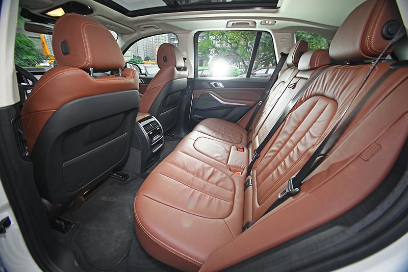 由於軸距已延伸至2975mm,後座空間不僅只是寬敞,在良好的座椅設計相助下更是極其舒適。