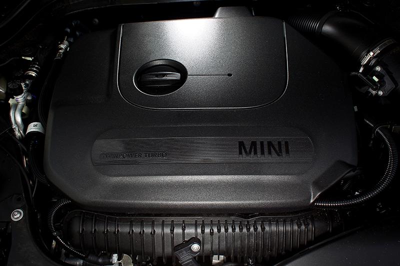 強化版2.0升直列四缸渦輪增壓引擎所供應的231hp最大馬力與32.6kg-m峰值扭力數據上不算多神奇,但配上小小的車身就是超級過癮。