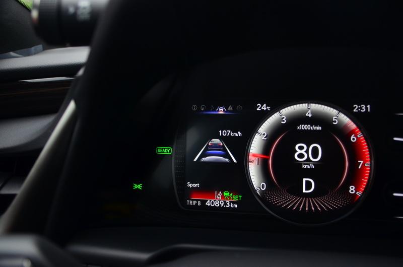 ACC半自動跟車系統開啟後,儀表板與抬頭顯示器皆有相關的設定值顯示